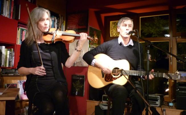 Karin Bäumler und Robert Forster auf der Bühne der Buchhandlung Dombrowsky am 08. Dezember 2012