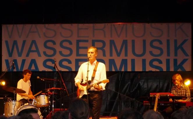 Robert Forster und zwei Drittel seiner Ad-hoc-Band auf dem Wassermusik-Festival in Berlin